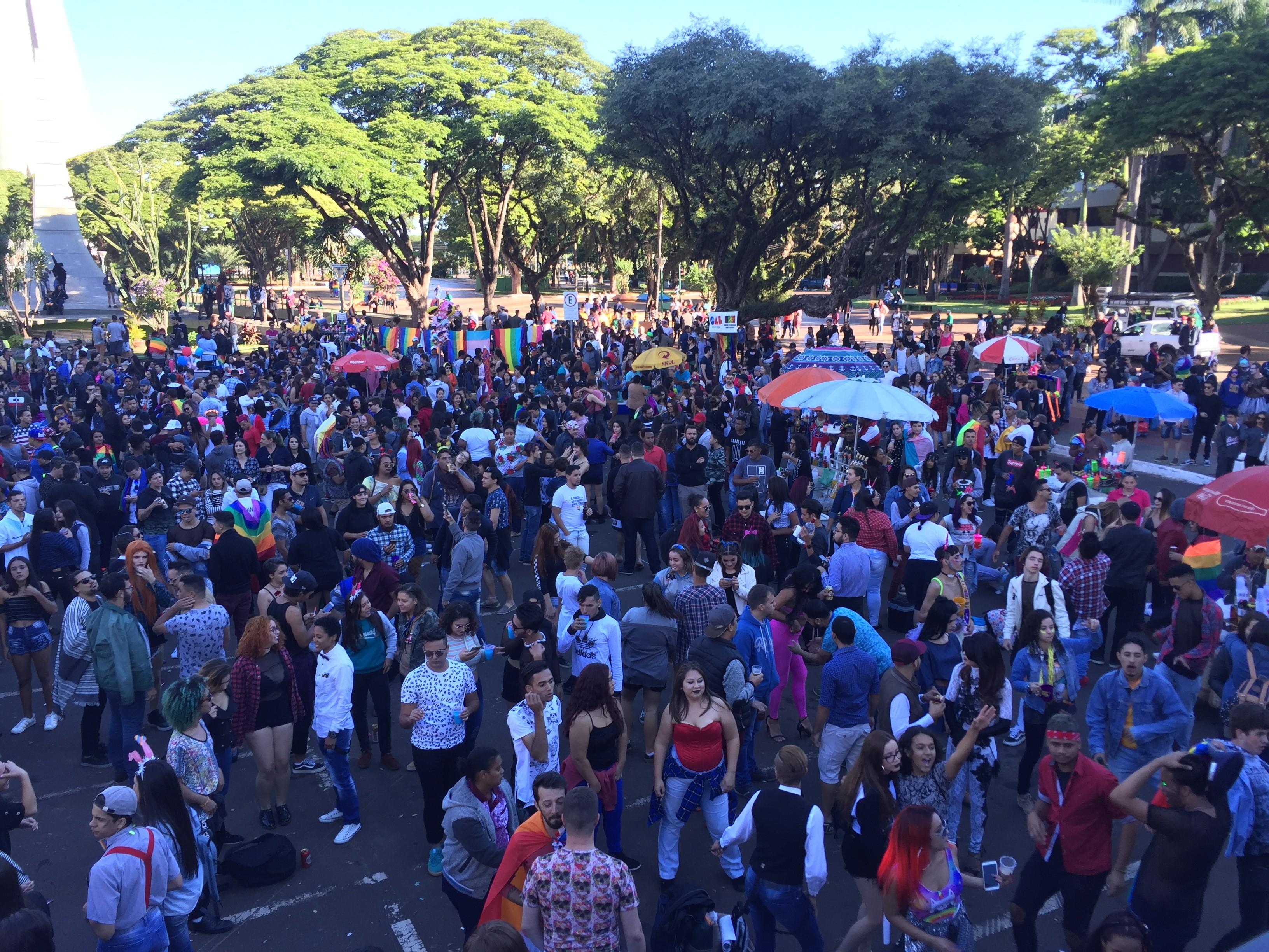 Parada conscientiza sobre direitos LGBT e política