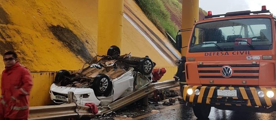 PRF suspeita que carro que caiu de viaduto tenha aquaplanado na pista