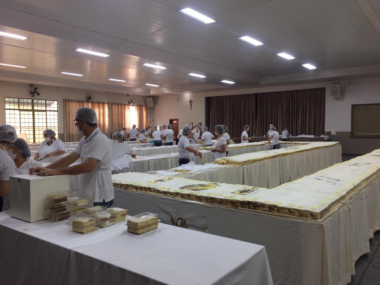 Fiéis fazem fila para garantir um pedaço do bolo de Santo Antônio