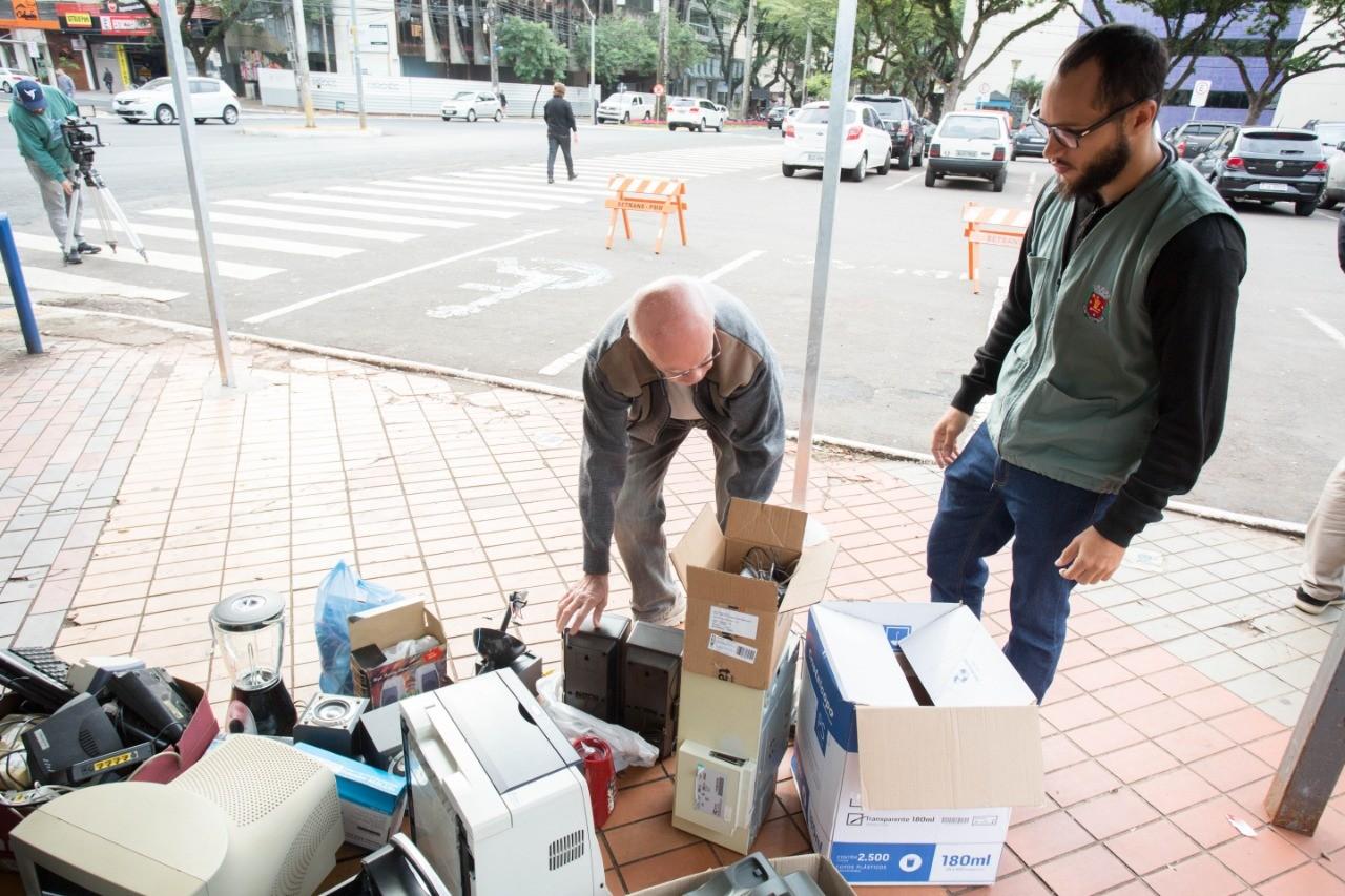 Coleta de sucatas eletrônicas acontece ao lado da biblioteca Palmeiras