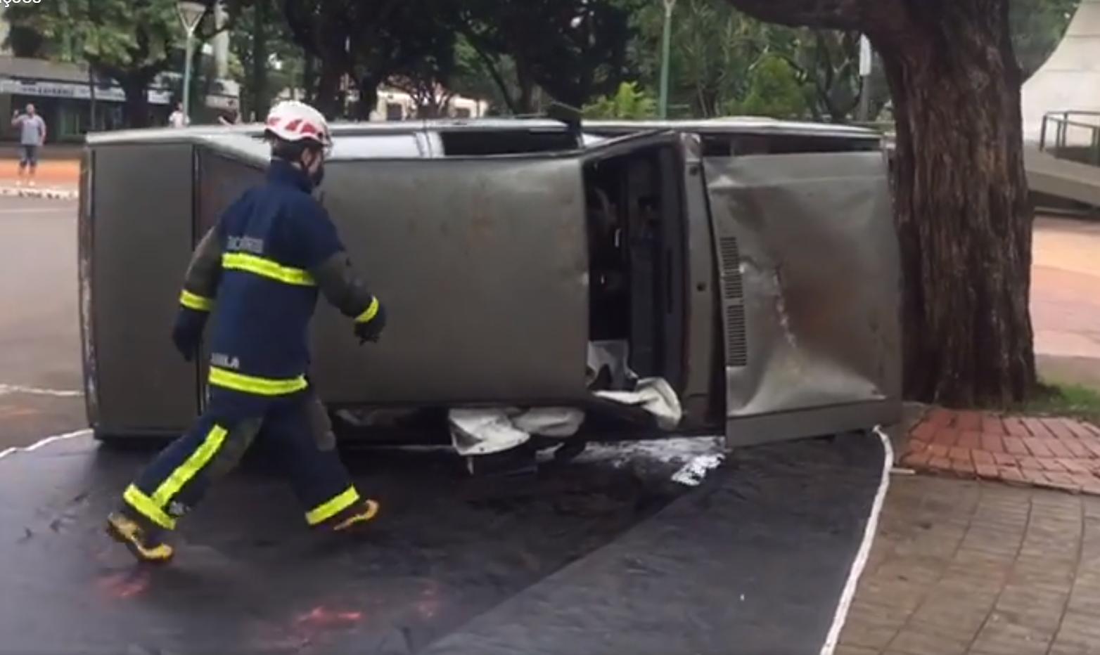Resgate em acidente simulado atrai atenção no centro de Maringá