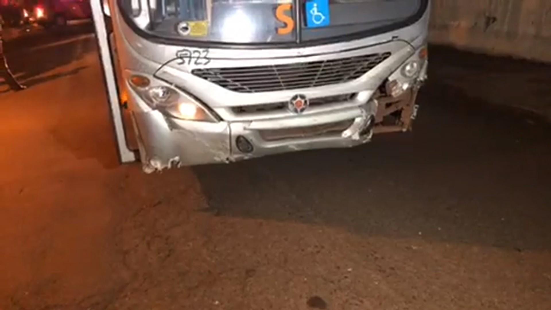 Homem fica ferido em acidente entre carro e ônibus