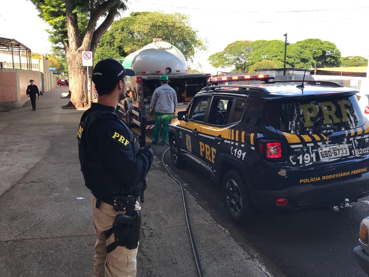 PRF escolta caminhões de GLP para dois hospitais