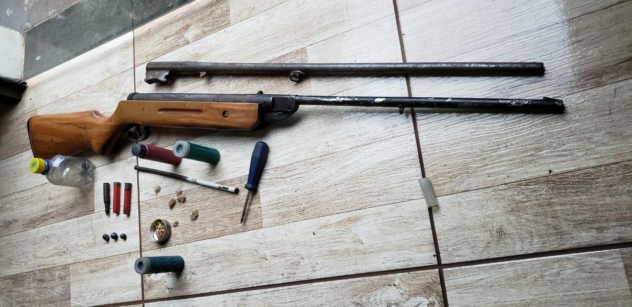Polícia ambiental localiza cativeiro com aves silvestres em Maringá