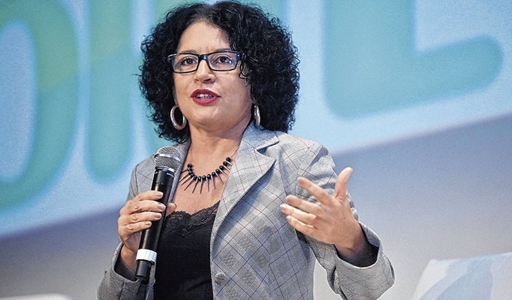 """""""Educação não resolve tudo"""", diz a psicanalista e filósofa Viviane Mose"""
