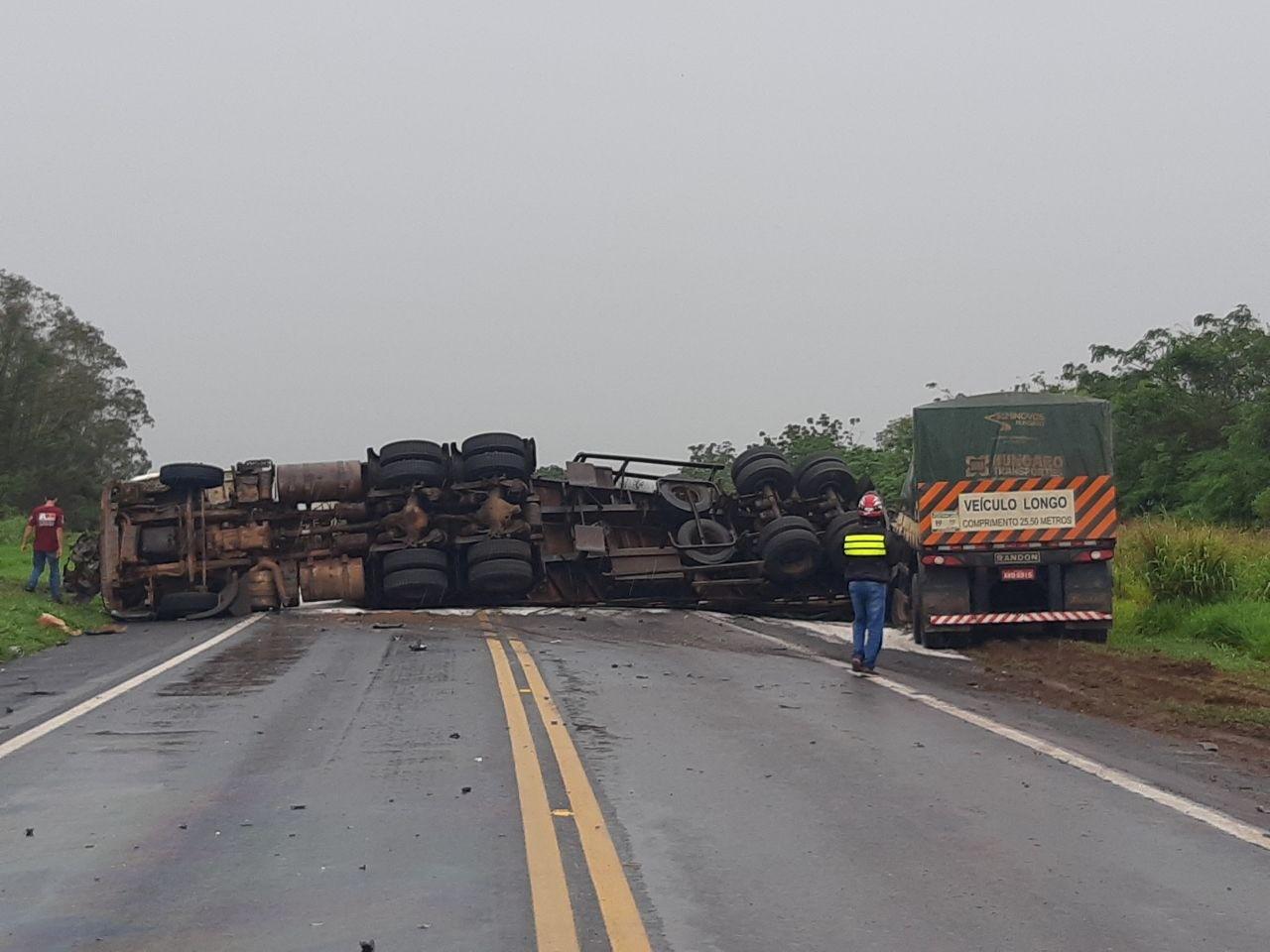 Pistas da rodovia BR-376 ficaram interditadas por causa do acidente (foto: PRF)