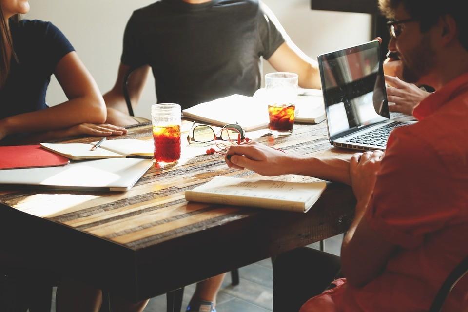 É errado transformar colegas de trabalho em amigos?