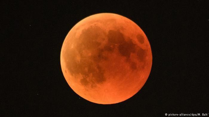 Maringaenses se reúnem para observar eclipse lunar