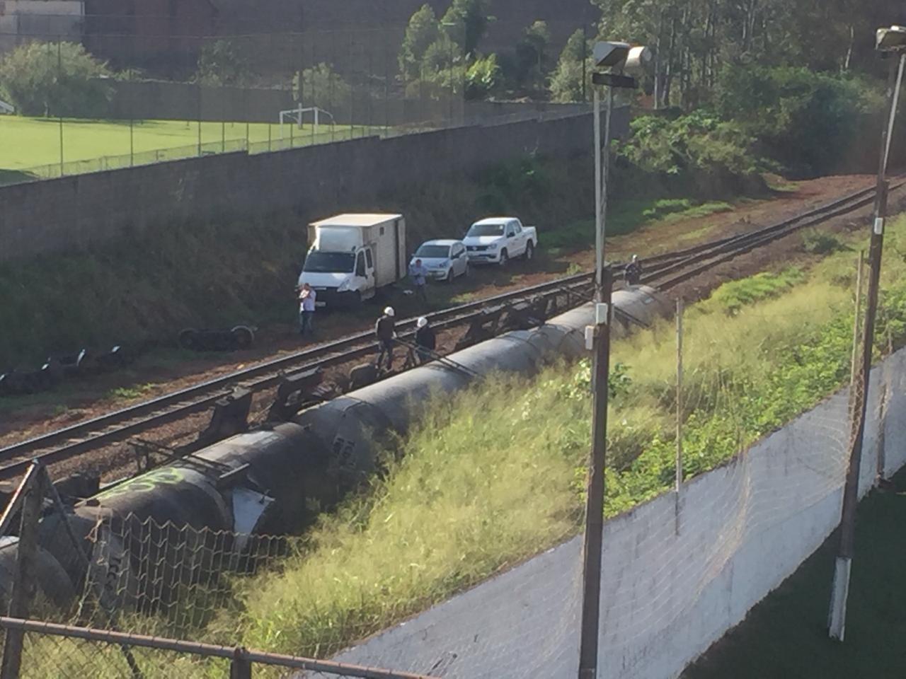 12 vagões carregados com álcool tombam em pátio ferroviário