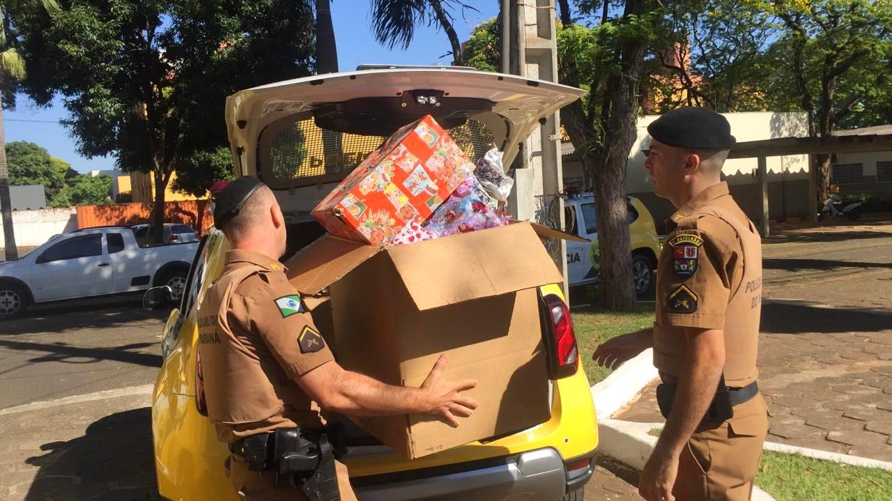 Policiais militares distribuem 150 brinquedos e sorrisos neste feriado
