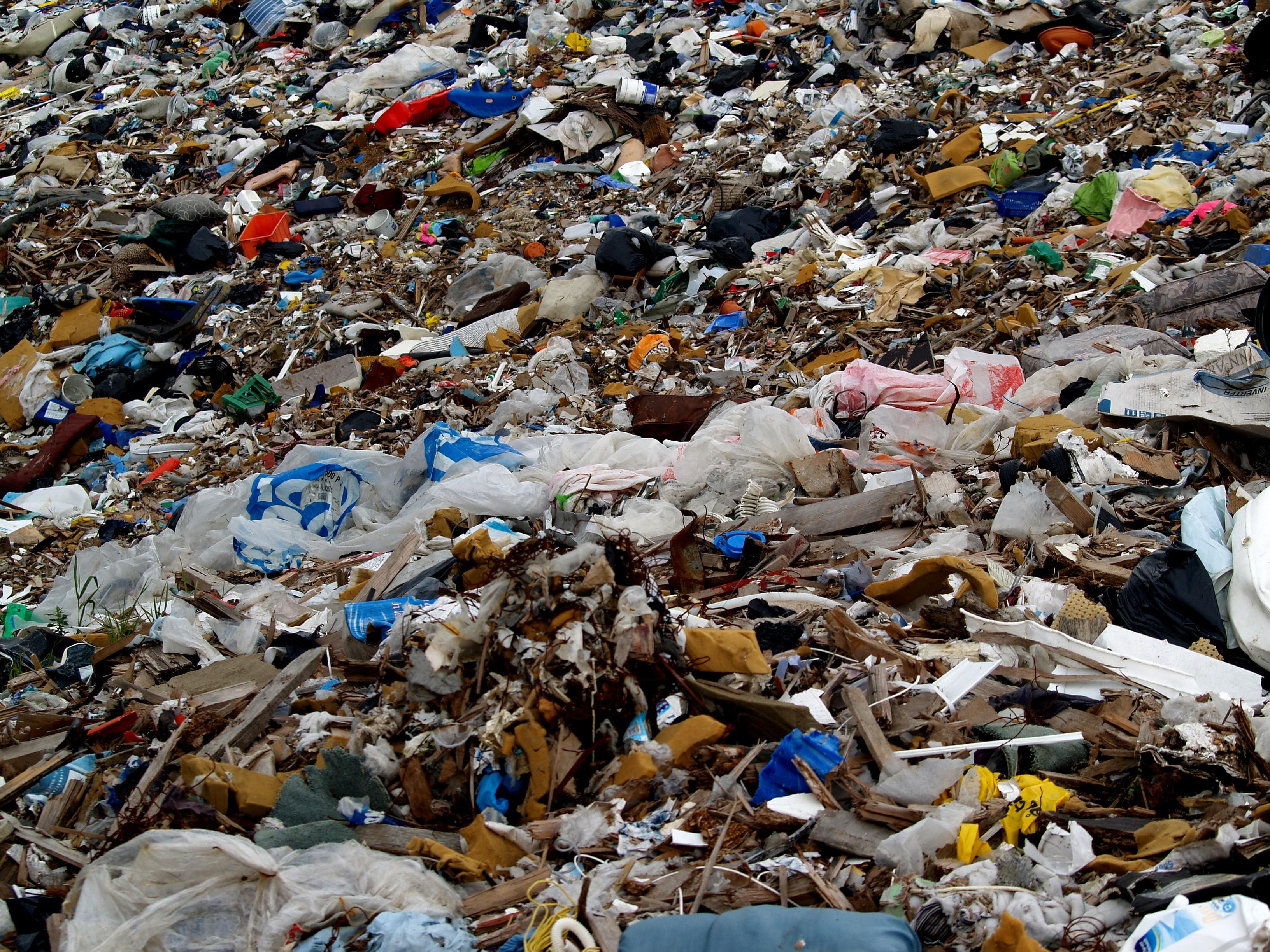 No aterro de Maringá, máquina faz separação de orgânicos e recicláveis