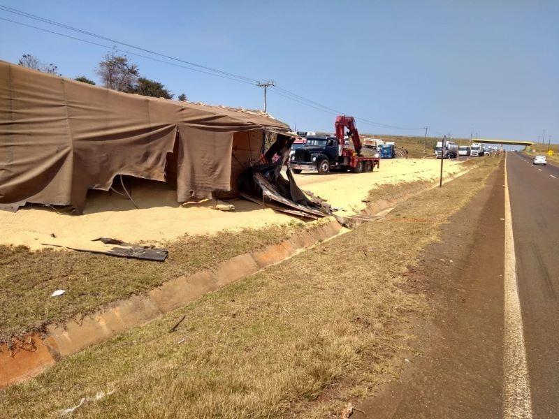 Bitrem tomba e interdita rodovia na saída de Campo Mourão