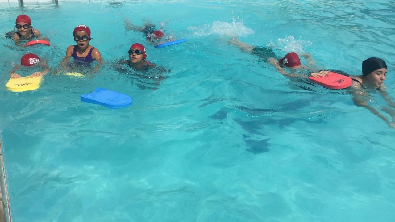 Crianças começam a nadar por meio de projeto social