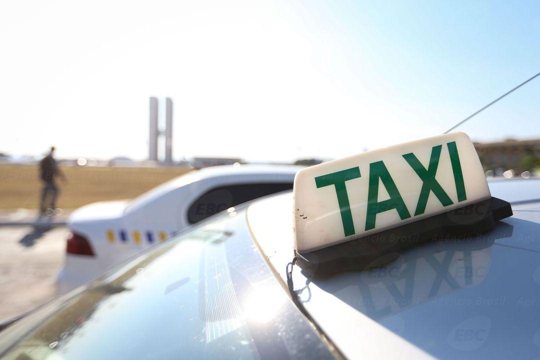 No terceiro dia de vistoria dos táxis, motoristas reclamam de exigências