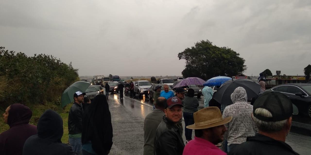 Moradores protestam contra o bloqueio do acesso da Estrada Caraná