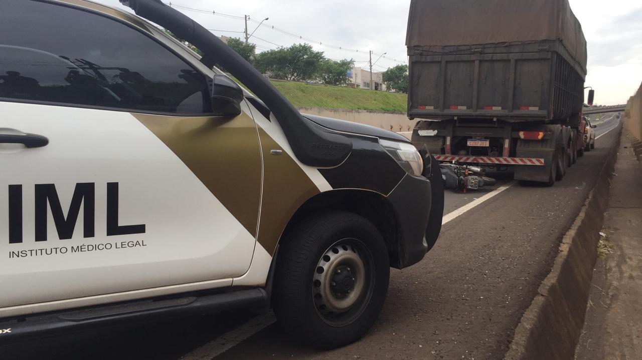 Motociclista morre ao bater moto em caminhão parado na pista