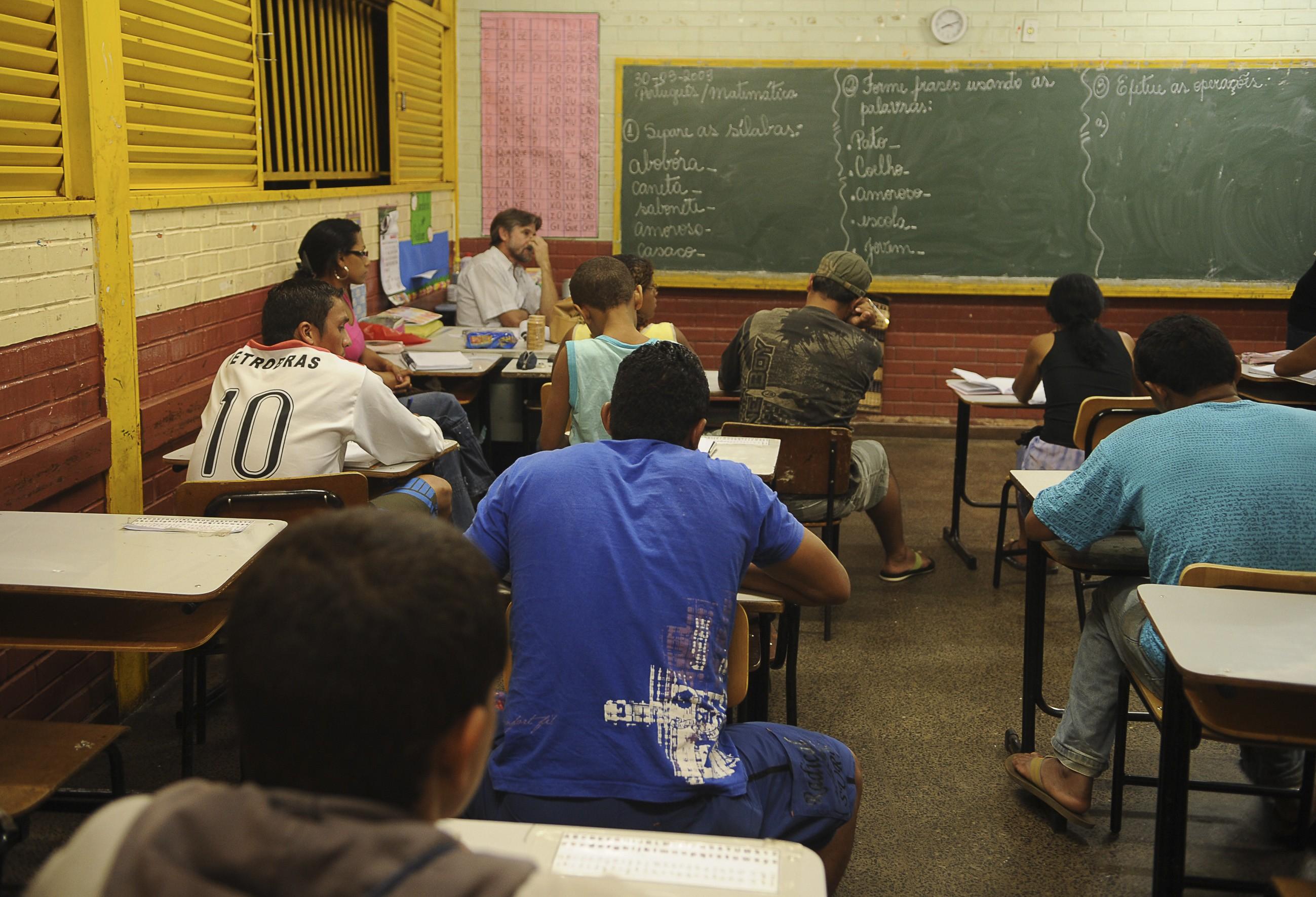 Ampliação de vagas no Ensino Médio diurno vai acabar com o noturno?