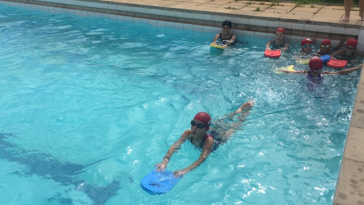 'Nadando na Frente' começa atendendo 63 crianças