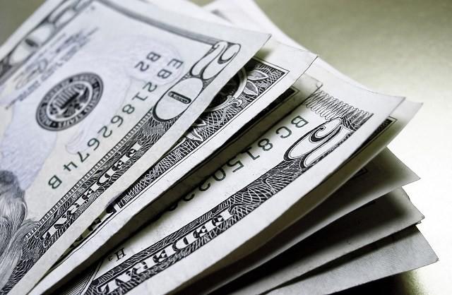 Com dólar oscilando e inflação em queda, investimento de curto prazo tem que ser atrelado à Selic