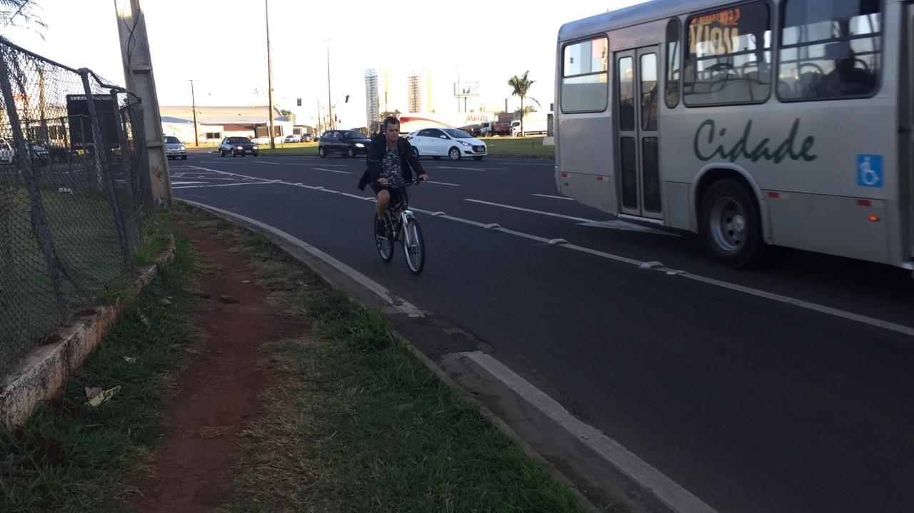 Ciclistas se arriscam no trajeto para Maringá
