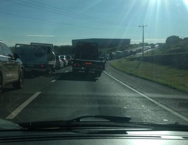 Rodovia fica interditada por uma hora e congestionamento chega a 4 km
