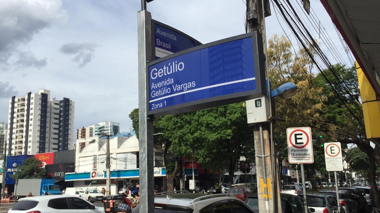 Placas solares com nome de ruas são instaladas em Maringá