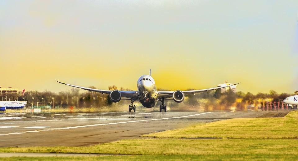 Estudo revela como carga tributária prejudica a aviação no Paraná