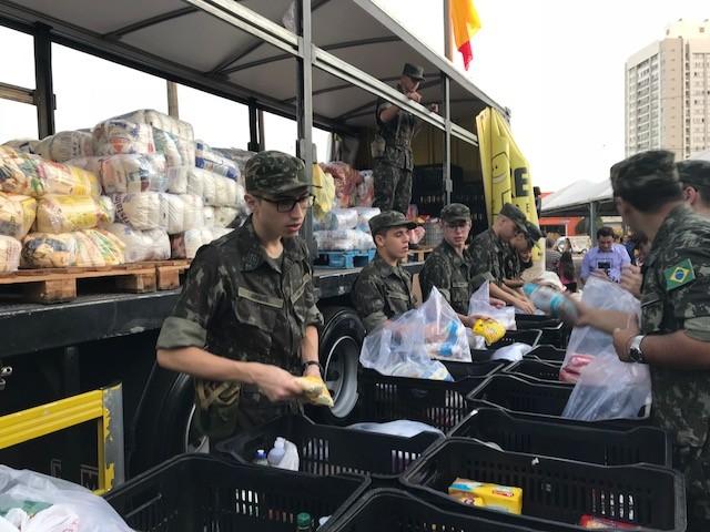 Soldados do Tiro de Guerra ajudam na arrecadação dos alimentos na Expoingá