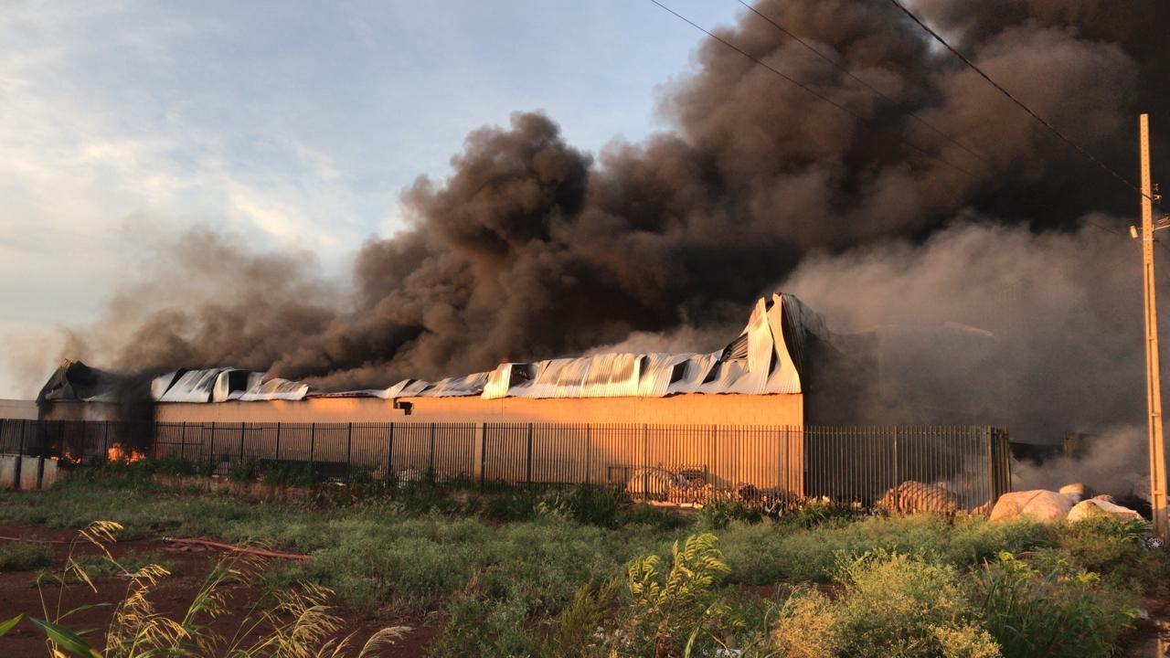 Bombeiros combatem incêndio de grandes proporções em Paiçandu
