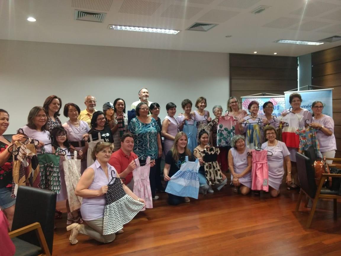 """Idosas confeccionam 250 vestidos infantis no projeto """"Retalhos com Vida"""""""