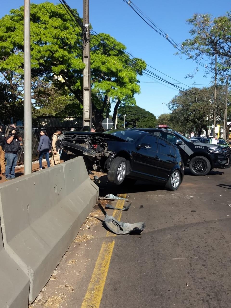 Motorista com tornozeleira eletrônica foge da polícia e bate o carro