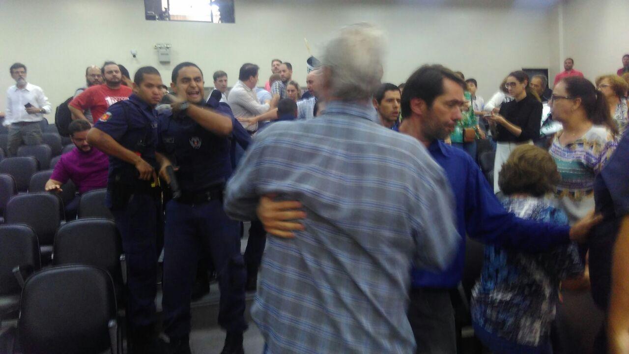 Polícia pede mais prazo para investigação de roubo de celular de blogueiro