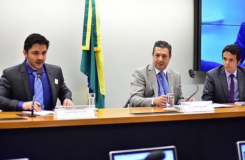 À esquerda, vereador Flávio Mantovani   Foto: Zeca Ribeiro/ Câmara dos Deputados