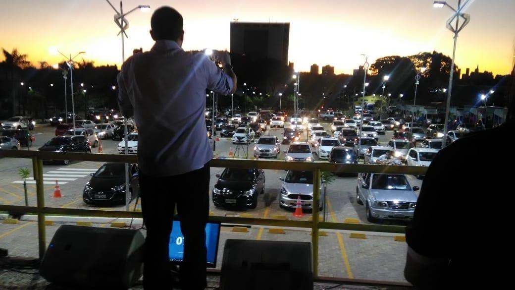 Em Maringá, também teve culto religioso em drive-in, na Unicesumar. Foto: Divulgação/UniCesumar