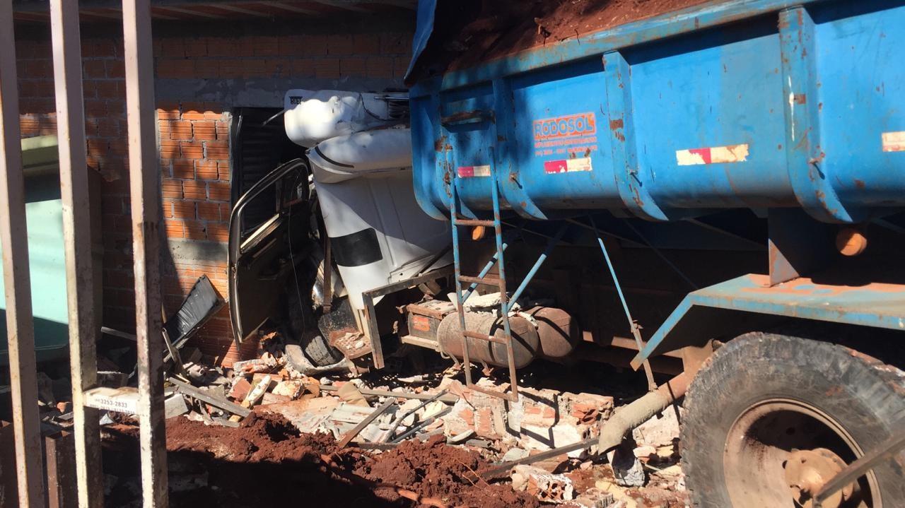 Caminhão desgovernado invade duas casas
