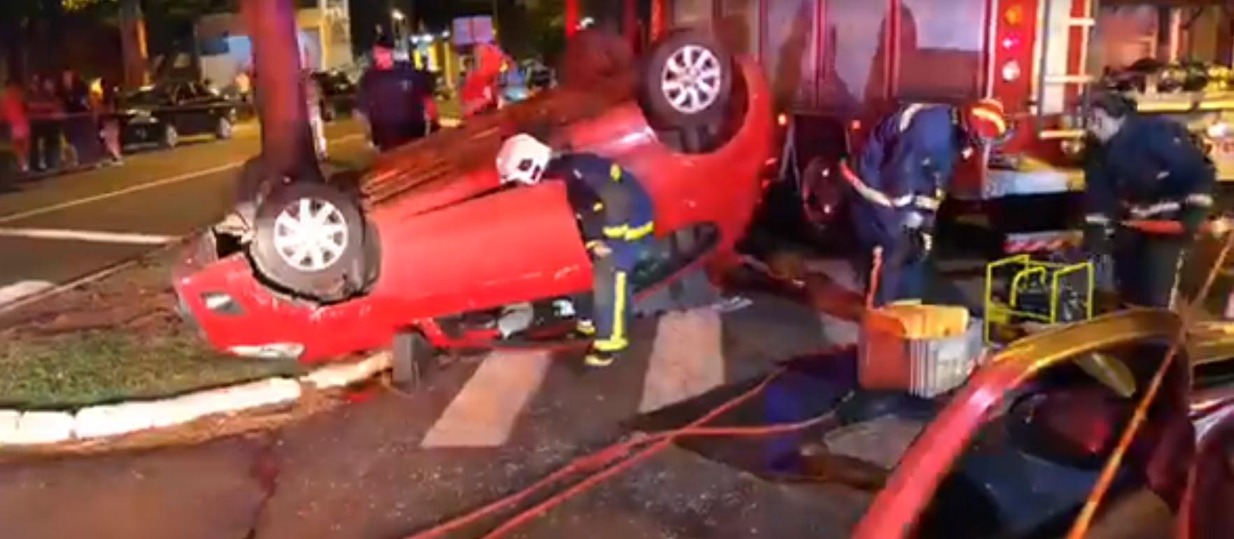Carro capota após batida e deixa jovem presa dentro do veículo