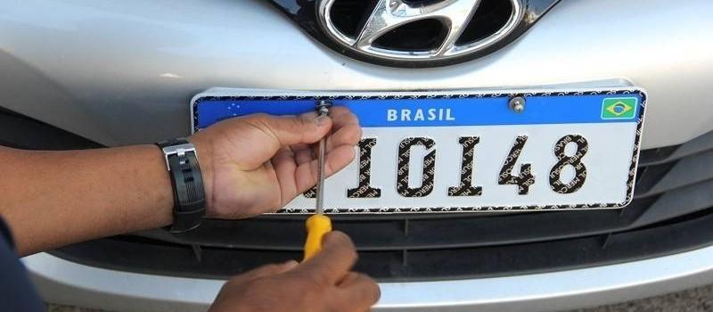 Polícia fiscaliza fábricas de placas de veículos em Maringá