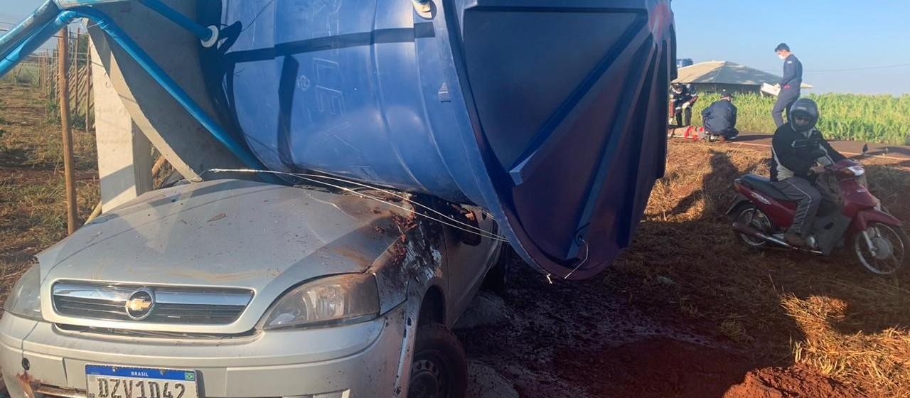 Após colisão, caixa d'água cai em cima de carro e fere motorista