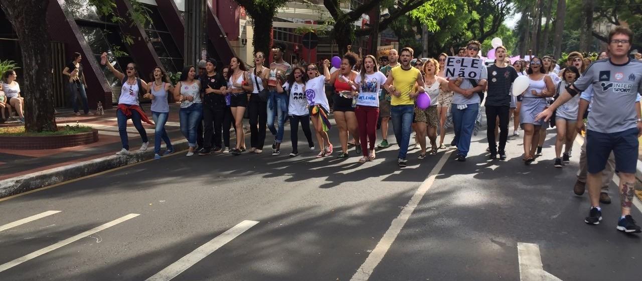 Manifestantes realizam ato contra Jair Bolsonaro em Maringá