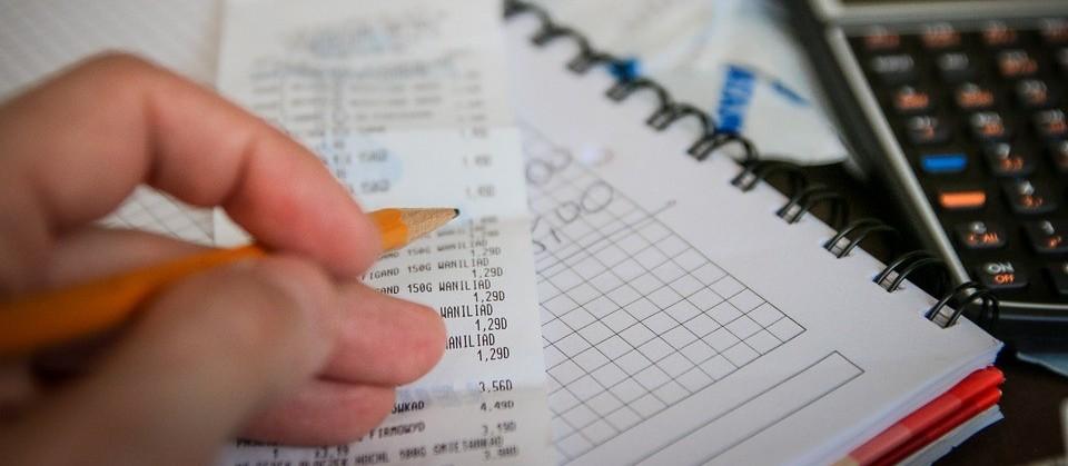 Taxa Selic elevada acarreta no endividamento de famílias