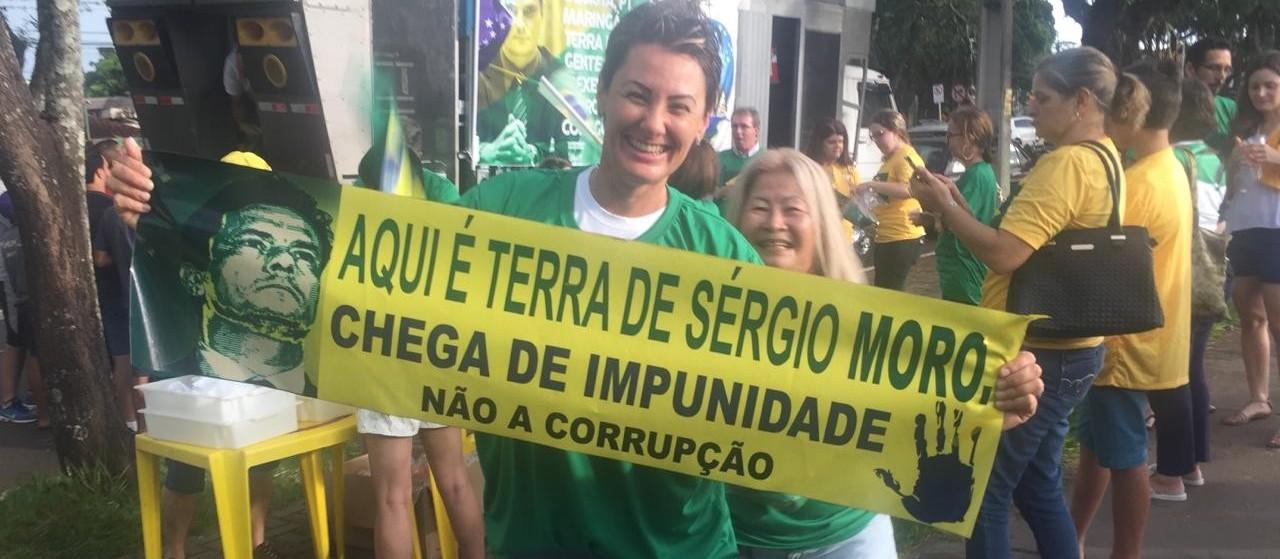 Maringaenses comemoram sentença de Lula com três mil coxinhas