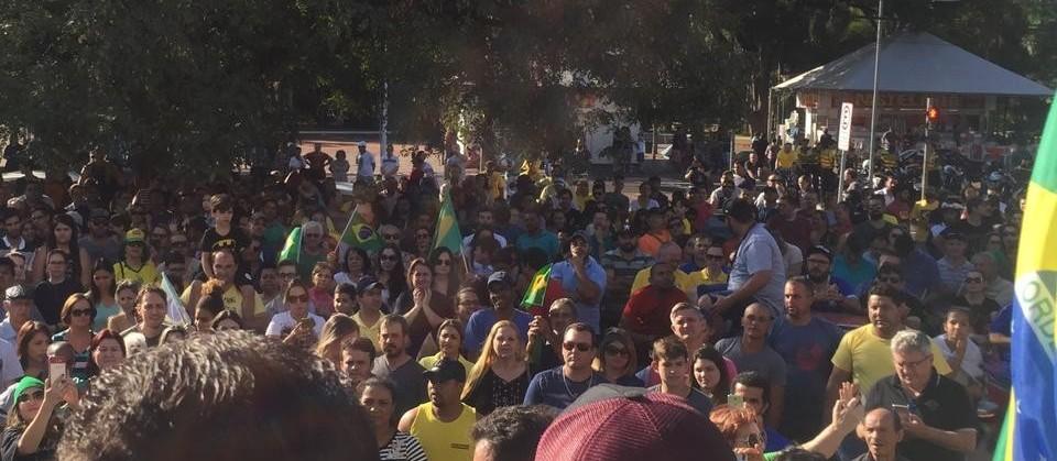 """Com gritos de """"Fora, Temer"""", caminhoneiros fazem protesto na Catedral de Maringá"""