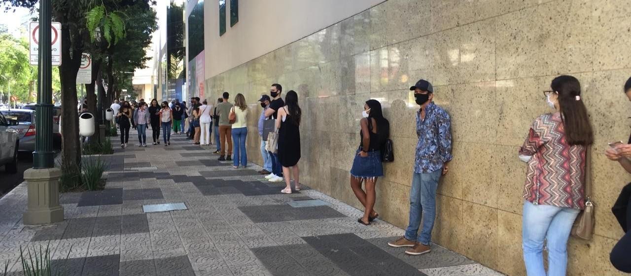 Movimento grande nas lojas de rua e fila para entrar em shoppings