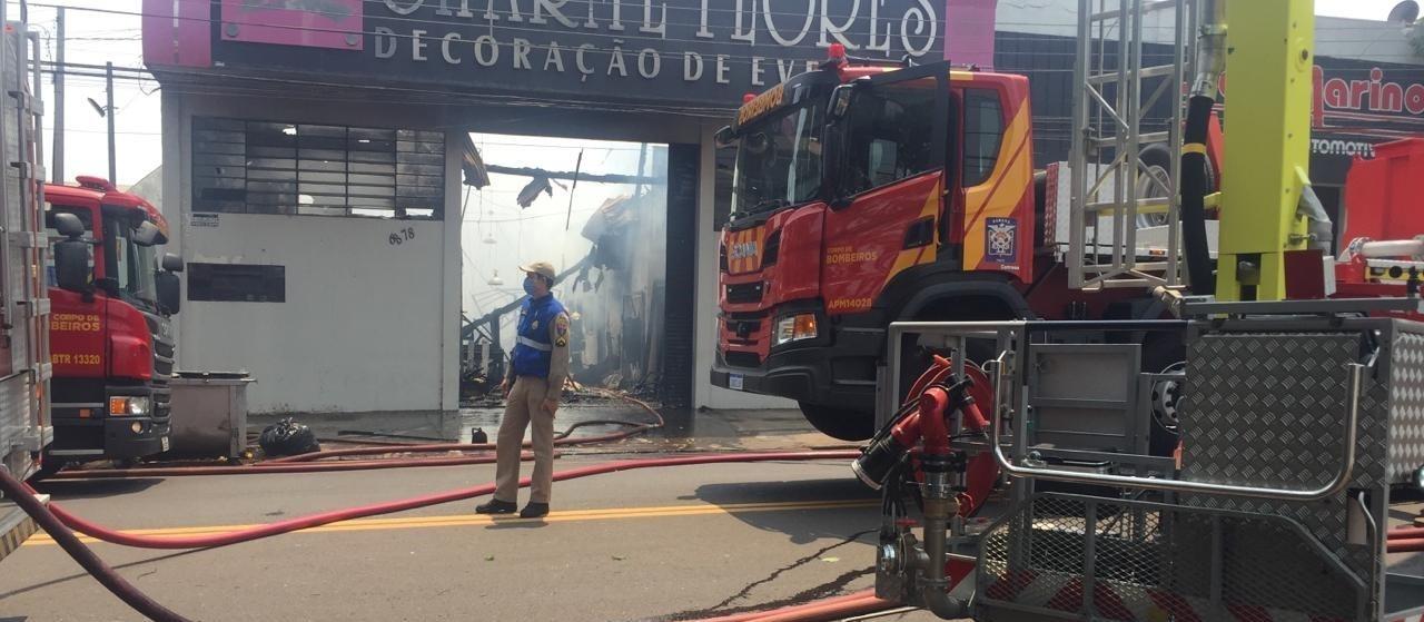 Incêndio destrói empresa de decoração de eventos em Maringá
