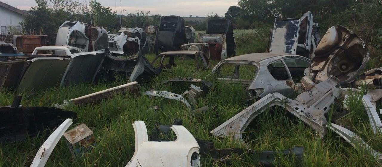 Polícia Militar descobre desmanche clandestino de carros em área pública