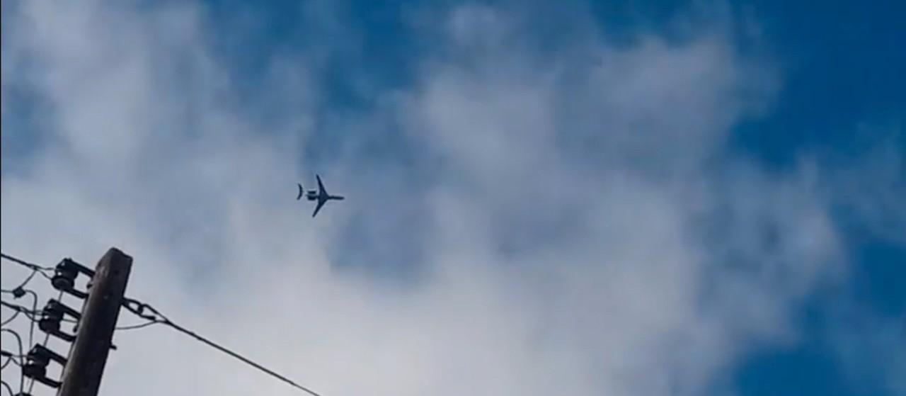 Avião da Força Aérea Brasileira sobrevoa a região