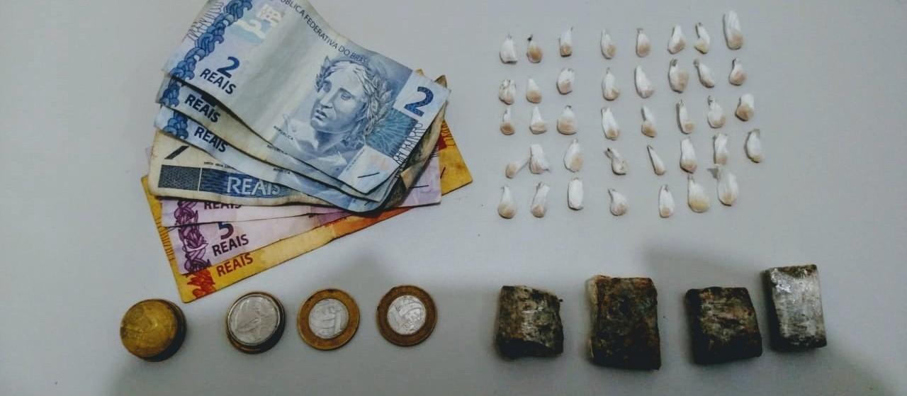 PM apreende adolescentes e prende homem por tráfico de drogas
