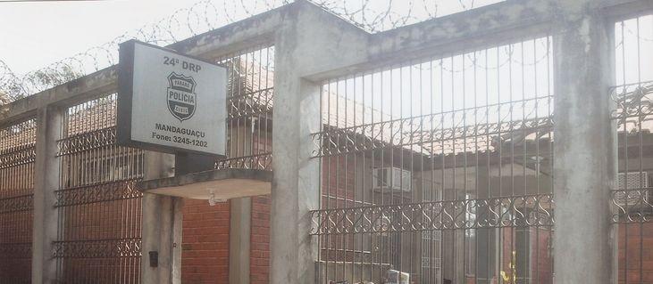 Suspeito sobe em telhado de delegacia para atirar objetos aos presos e é baleado