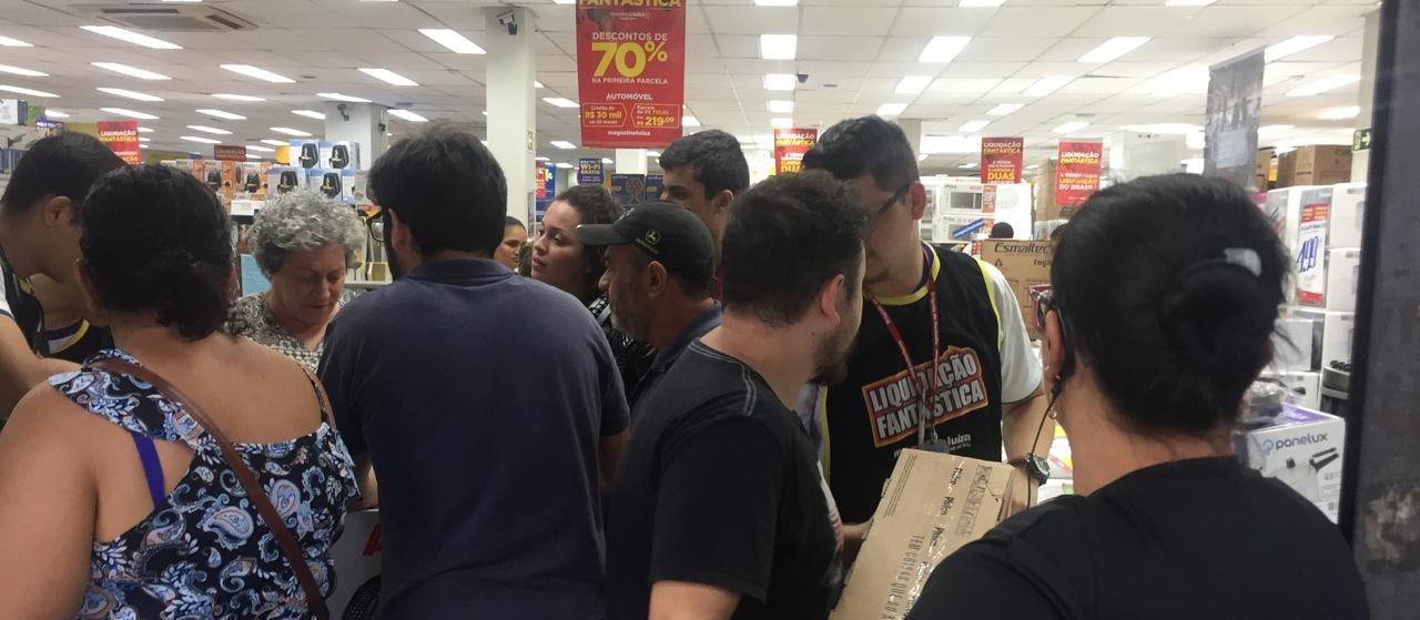 Consumidores passam a noite na fila para aproveitar ofertas