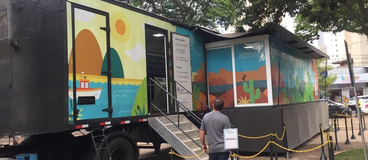 Caminhão itinerante tira dúvidas, negocia dívidas e dá dicas de educação financeira